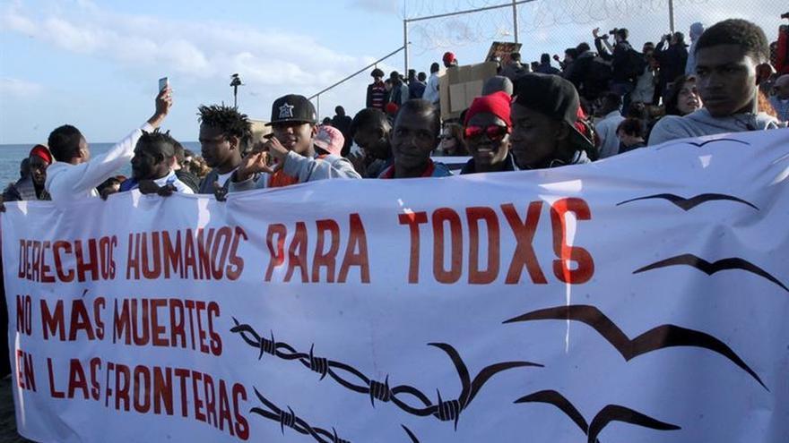 """Un momento de la """"IV Marcha por la Dignidad"""" en la que unas 500 personas recordaron el pasado mes de febrero de 2017 a los migrantes muertos"""