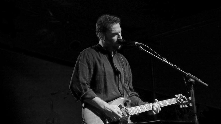 Lõbison, cantante y guitarrista sevillano en concierto.