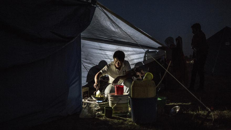 Anoche en el campo de Tundhikel y Ramesh, marido de Tika calienta agua y algunas verduras para sumarlas a los fideos que recibieron./ Pablo Tosco (Intermón Oxfam).