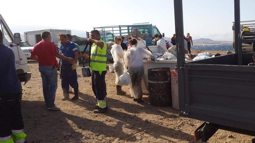 Trabajos de limpieza del vertido de petróleo en la playa de El Cabrón, Agüimes.