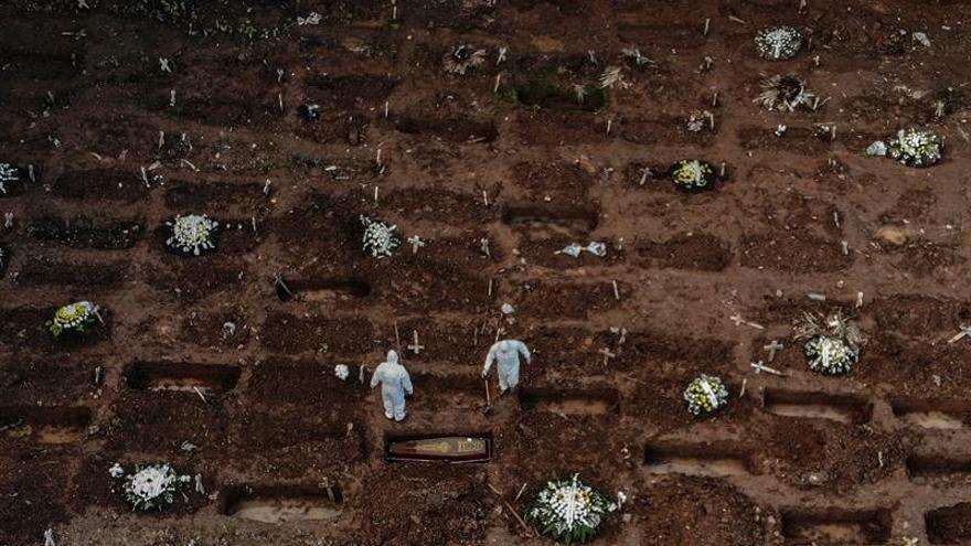 Fotografía tomada en el mes de mayo con un dron en el cementerio de Caju, en la zona norte de Río de Janeiro (Brasil)