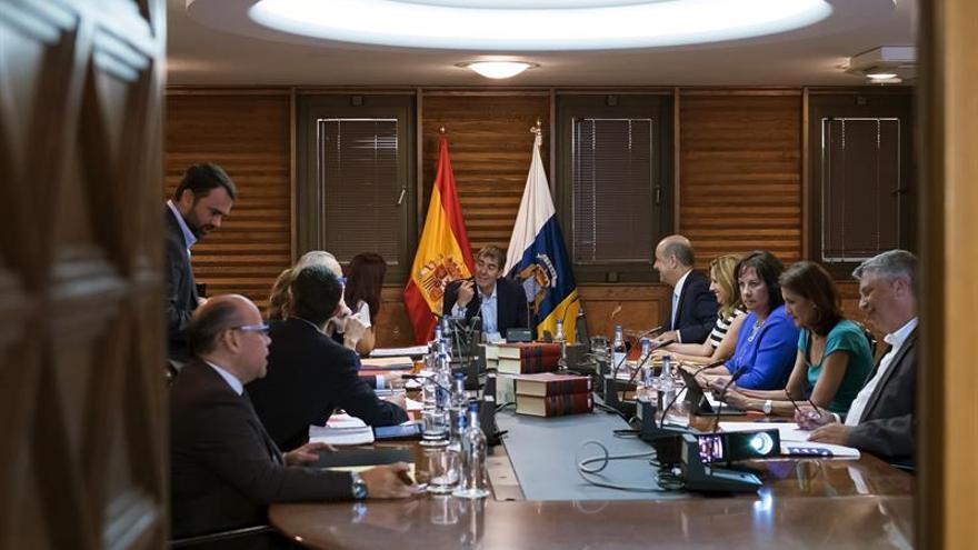 El presidente del Gobierno de Canarias, Fernando Clavijo (c), y el resto de consejeros del ejecutivo regional, durante la reunión del Consejo de Gobierno. EFE/Ángel Medina G.