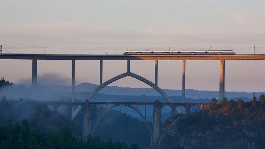 Un tren circulando por el viaducto del AVE sobre el río Ulla, elevado a su vez sobre el viaducto de la línea convencional