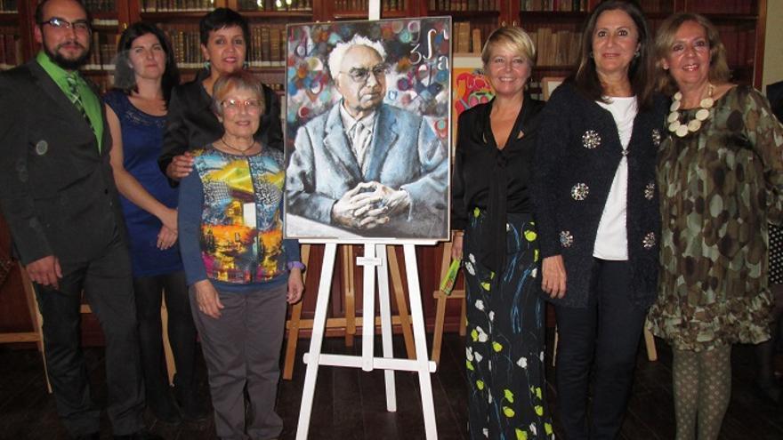 En la imagen, María Régulo (centro) y otros asistentes al acto junto a un retrato de Juan Régulo. Foto: LUZ RODRÍGUEZ.