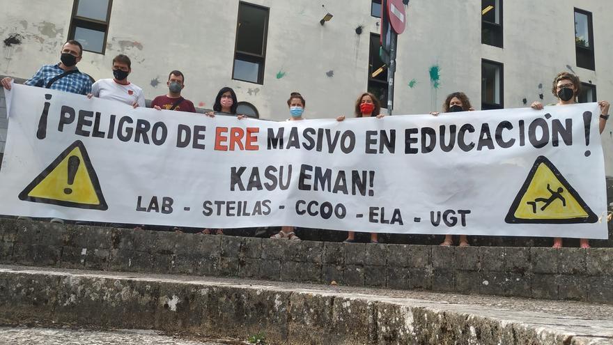 Concentración de sindicatos ante el Departamento de Educación del Gobierno de Navarra
