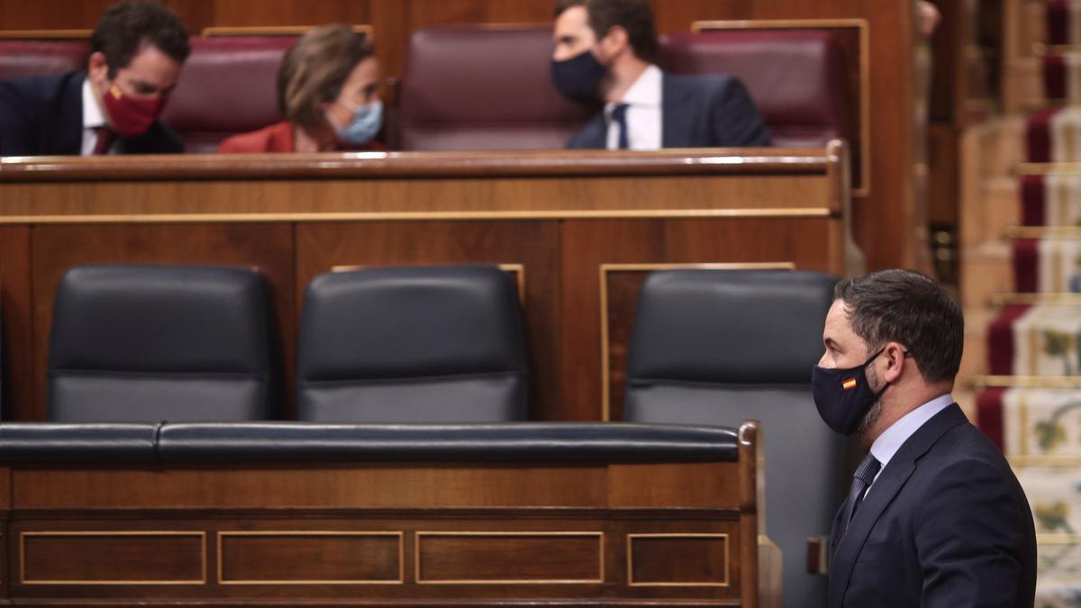 El presidente de Vox, Santiago Abascal, pasa por delante de Casado en el debate de la moción de censura.