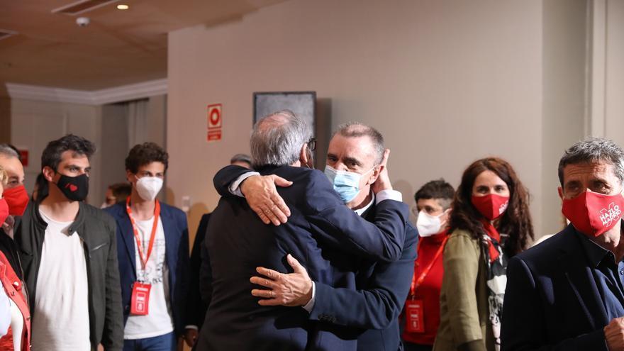 Angel Gabilondo abraza a José Manuel Franco momentos antes de ofrecer una rueda de prensa tras las votaciones de la jornada electoral, a 4 de mayo de 2021, en Madrid (España).