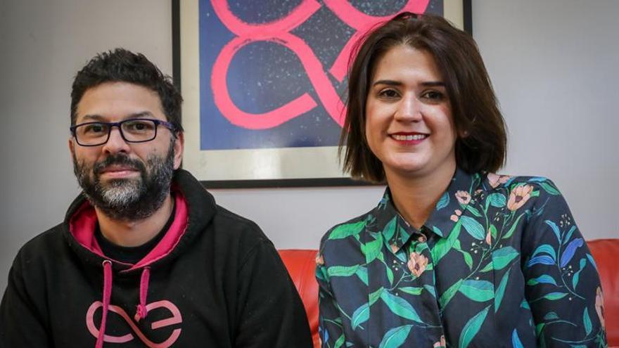 El cofundador y director ejecutivo de Inmind, Omar Saadoun (i), y la directora de relaciones públicas de Aeternity, Mariana Sanguinetti, posan el 10 de junio de 2020 durante una entrevista con Efe en Montevideo (Uruguay).