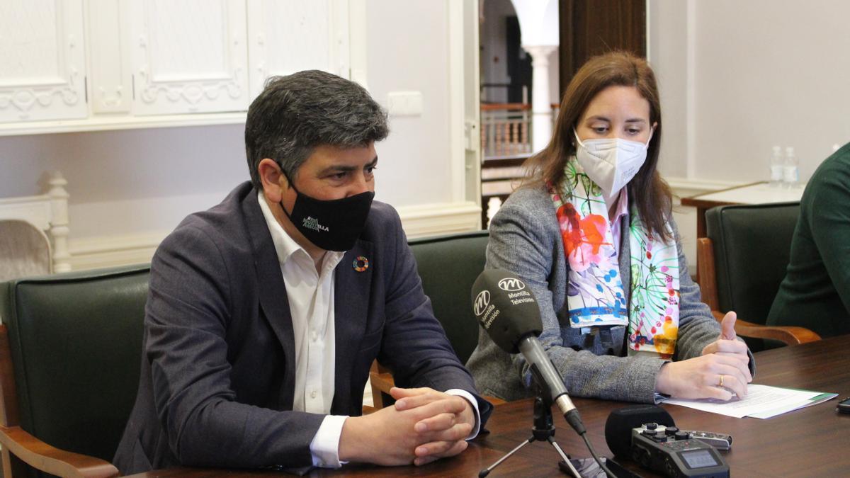 El alcalde y la delegada detallando las ayudas