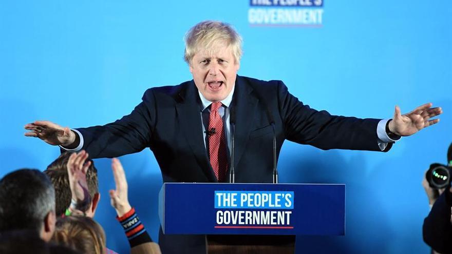 El primer ministro Boris Johnson celebra la victoria electoral.