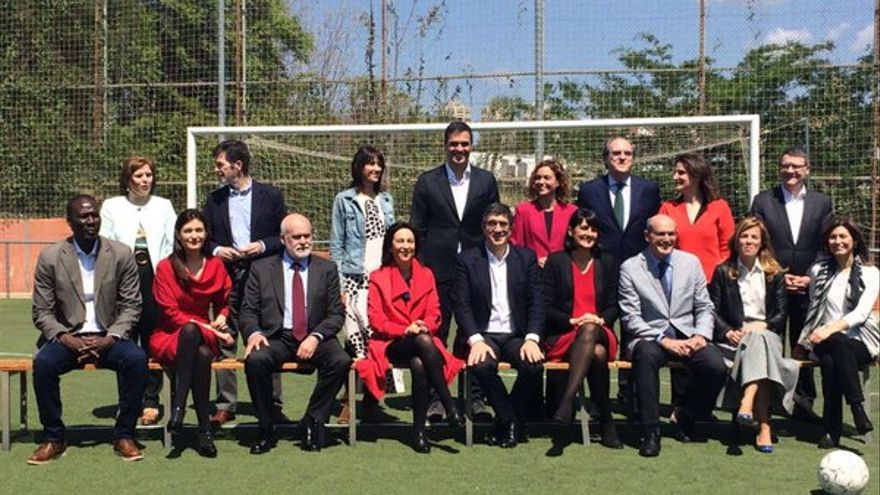 """Carmen Montón, la segunda por la izquierda en la fila de abajo, en el """"gobierno del cambio"""" de Pedro Sánchez."""