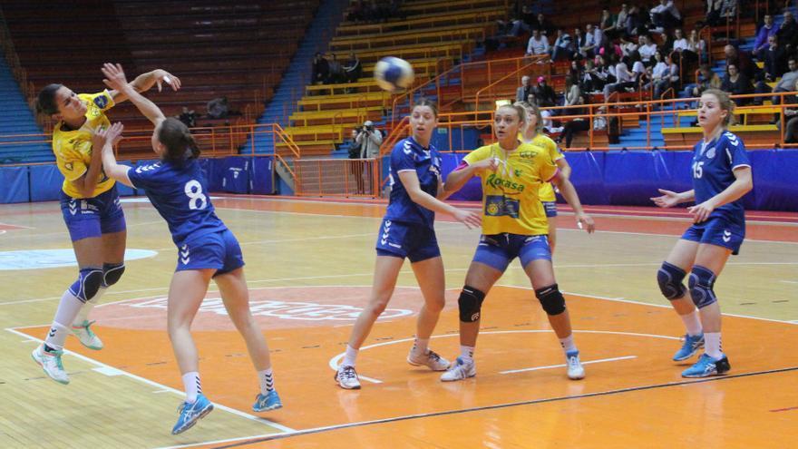 La jugadora del Rocasa Gran Canaria, Almudena Rodríguez, lanzando un balón durante el encuentro de ida ante el Lokomotiva Zagreb.