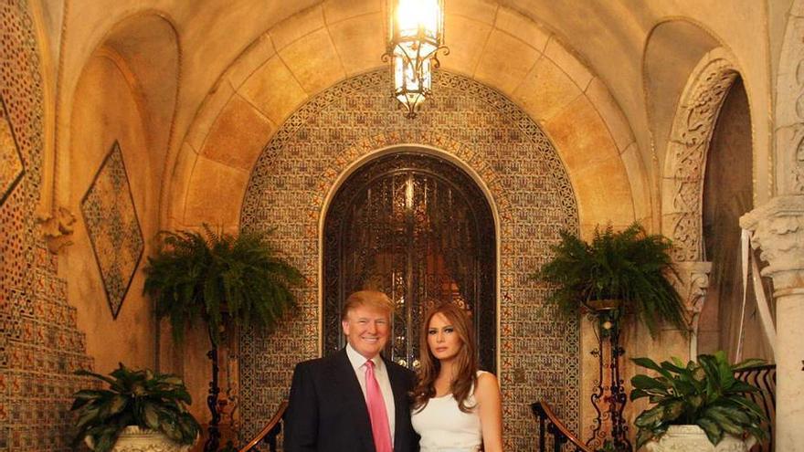 Donald y Melanie Trump en su palacio de Palm Beach.