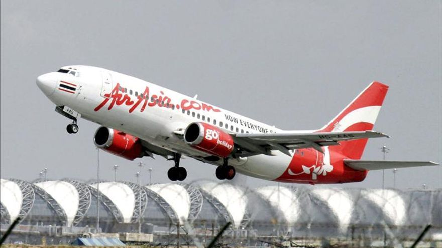 Air Asia entregó a la policía a 15 pasajeros por llevar pasaportes robados