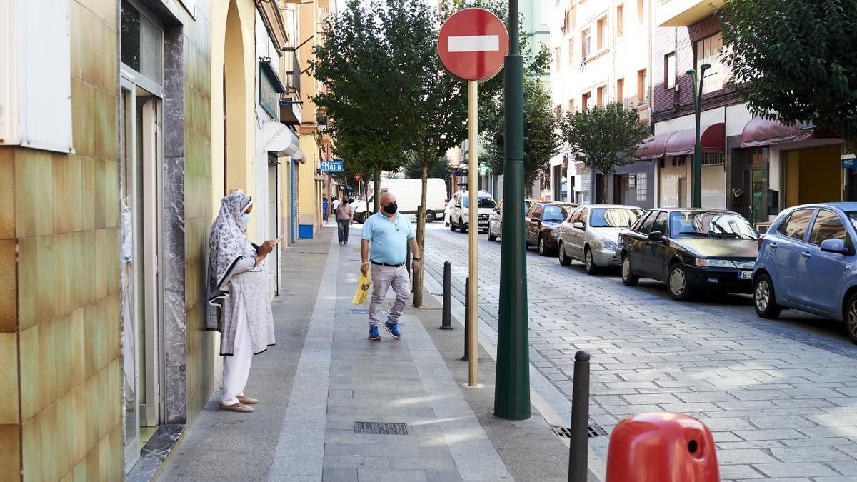 Transeúntes por las calles de Torrelavega