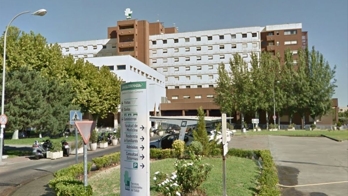 Salud Pública ha informado del fallecimiento de un hombre de Badajoz. En la imagen, el Hospital Universitario