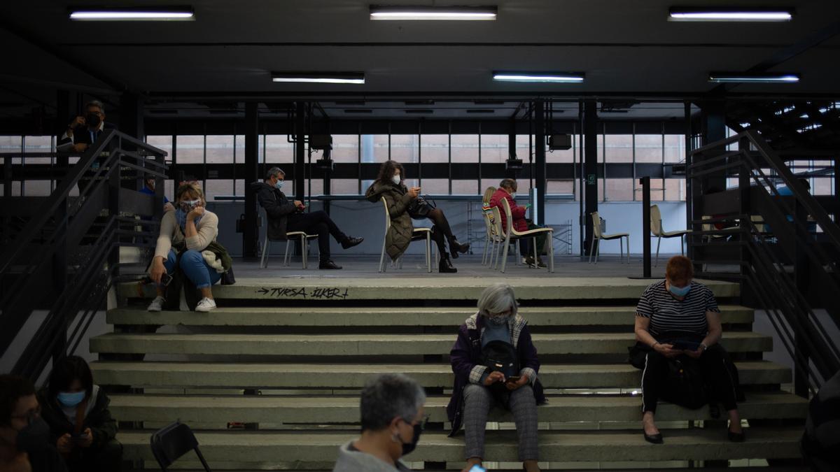 arias personas esperan para ser vacunadas en el circuito de vacunación de Fira de Barcelona, a 26 de abril de 2021, en Barcelona, Cataluña (España).