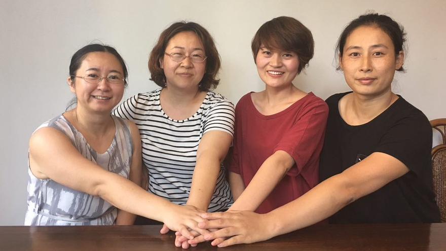 Wang Qiaoling -segunda por la izquierda- junto a otras esposas de los abogados detenidos. Imagen cedida.