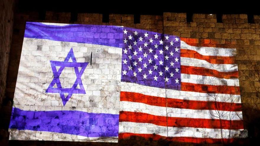 La bandera israelí y de EEUU son proyectadas en una muralla de Ciudad Vieja ante el anuncio de Trump