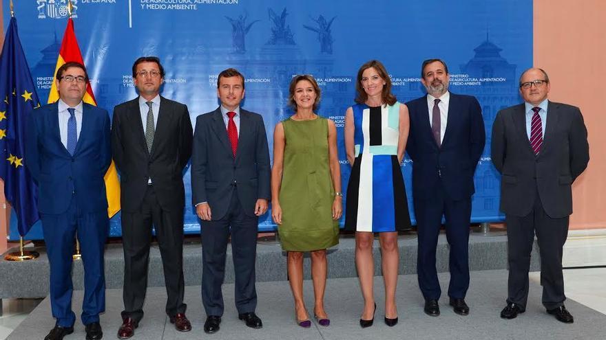 En el centro, la ministra de Agricultura en funciones, García Tejerina, flanqueada por el recién caído Pablo Saavedra y la directora general de Sostenibilidad de la Costa y del Mar. El segundo por la derecha es Federico Ramos, muy recordado en Canarias también.