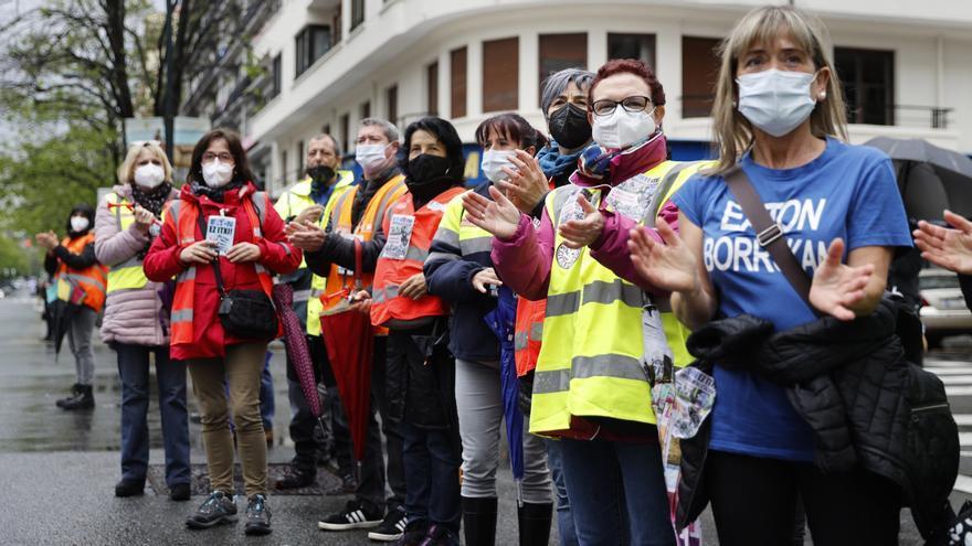 Mujeres de los trabajadores de Tubacex aplauden durante la manifiestación este domingo en Bilbao en contra del ERE presentado por la empresa, que contempla 95 despidos en las localidades alavesas de Llodio y Amurrio .