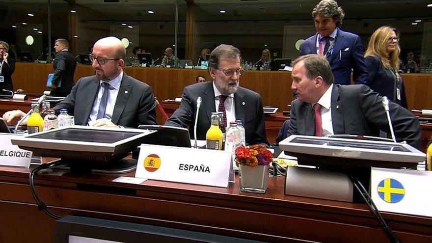 Rajoy se saluda con Michel tras la polémica por sus declaraciones sobre Cataluña