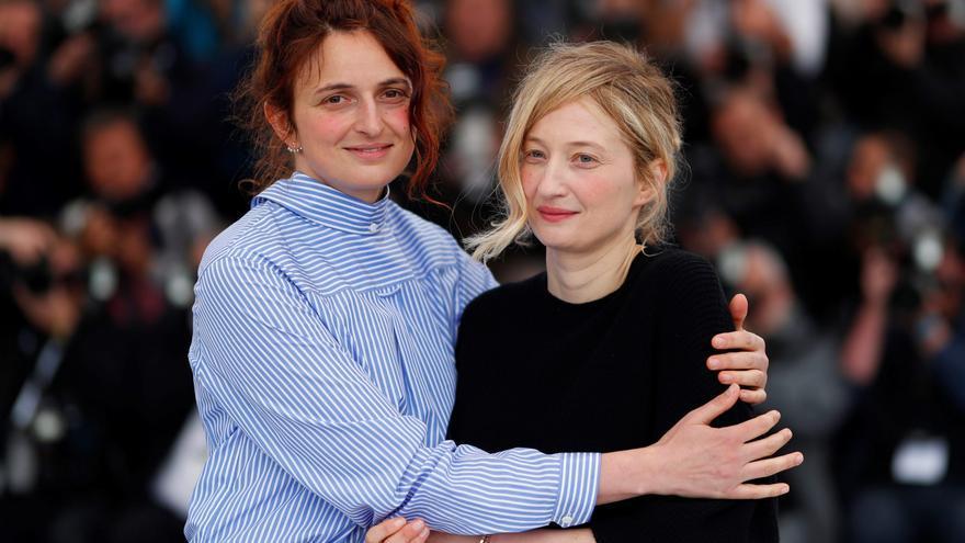 La directora italiana Alice Rohrwacher abraza a su hermana Alba, actriz, en el Festival de Cannes 2018