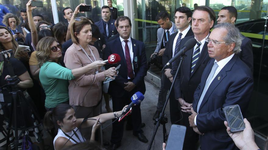 El ministro de economía, Paulo Guedes, en una rueda de prensa con el presidente brasileño, Jair Bolsonaro.