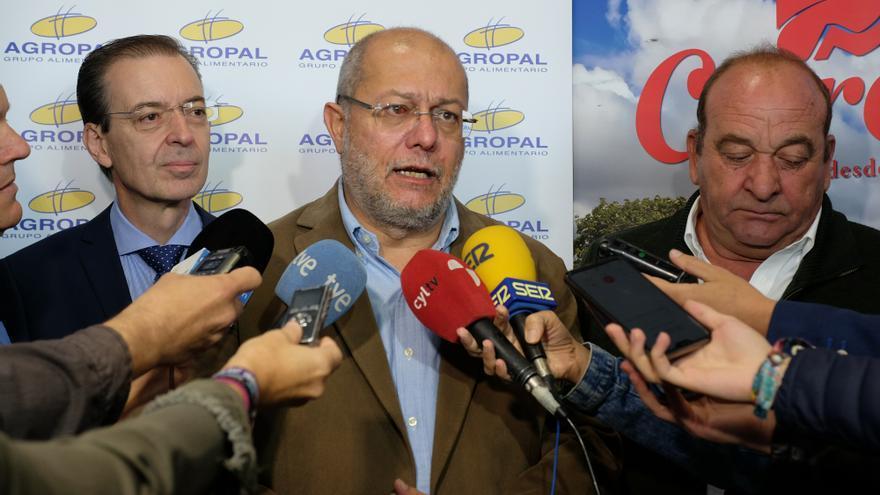 Francisco Igea atiende a los medios en su visita a Palencia.