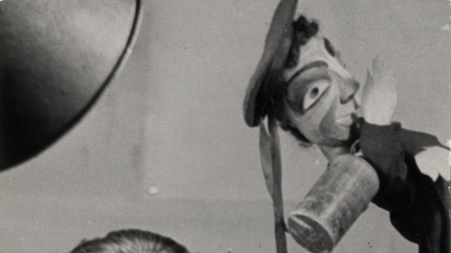 Prieto con el títere del héroe popular Antonio Coll, «cazador de tanques», marinero que, en arriesgada y solitaria acción, destruyó cuatro tanques con sus bombas de mano.