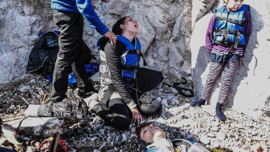 """Esta fue la primera patera que Sancha documentó en la costa de Lesbos, era verano de 2015 y apenas había ONGs para atender a las personas refugiadas. """"El colofón de un viaje de mucho estrés"""", cuenta que la impactó sentir tan próximo el final de la huida después de haber presenciado el origen: """"Cuando les has visto las caras bombardeadas, abandonar sus casas, ser desplazados, mendigar, perder a sus maridos, sus mujeres, sus hijos…""""."""