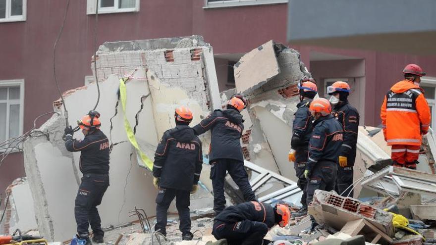 Aumentan a once los muertos por el derrumbe de un edificio en Estambul