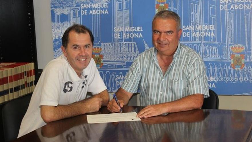 Arturo E. González Hernández, alcalde de San Miguel, junto a un representante del grupo Piñero