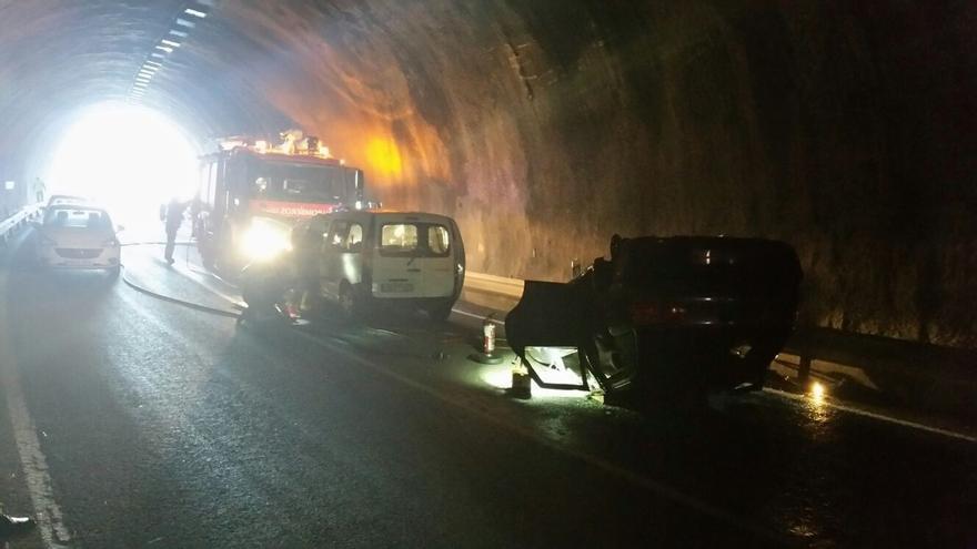 Bomberos cántabros participan en un simulacro de colisión de vehículos en el túnel de Bárcena de Pie de Concha