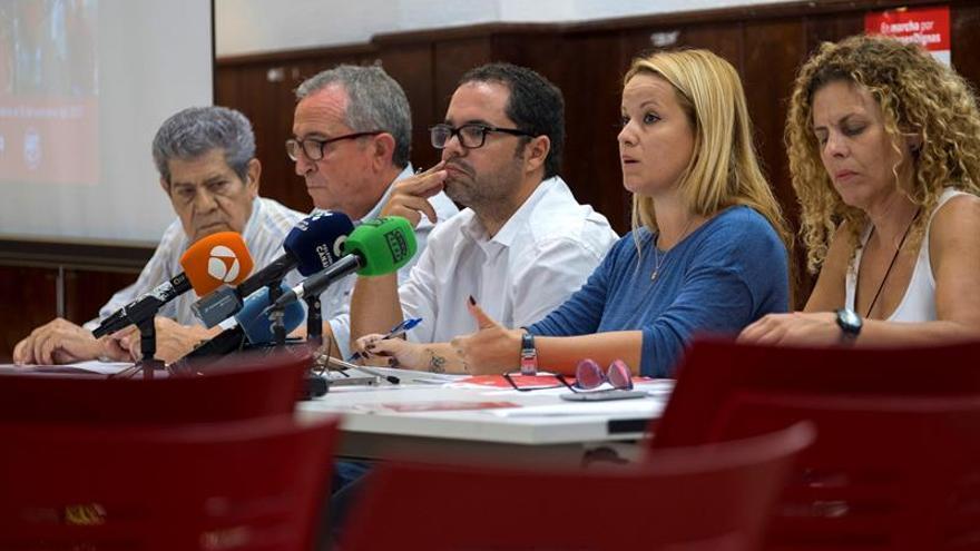 El secretario general de UGT en Canarias, Gustavo Santana (c), y la secretaria de Acción Sindical de CCOO en las islas, Esther Martín (2d).