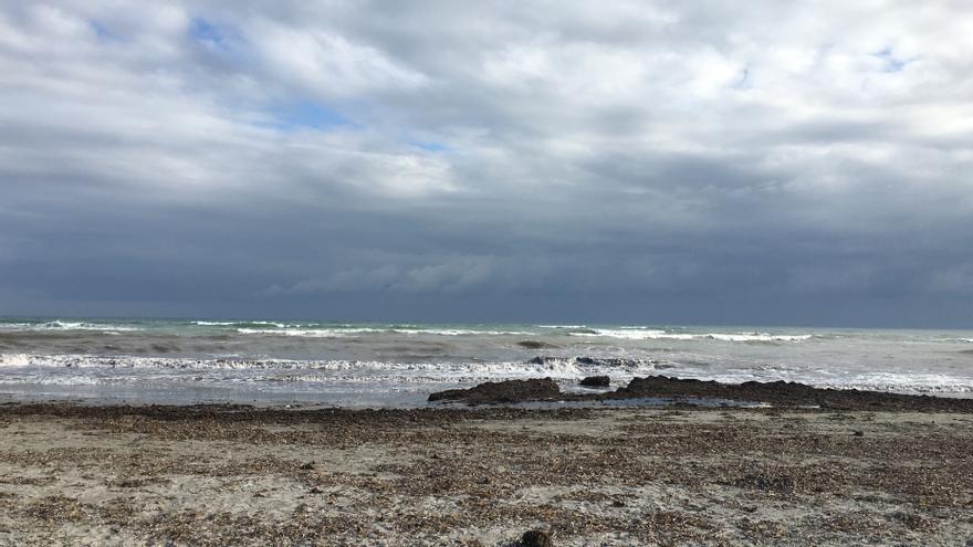 Playa de la Torre Derribada con restos de posidonia