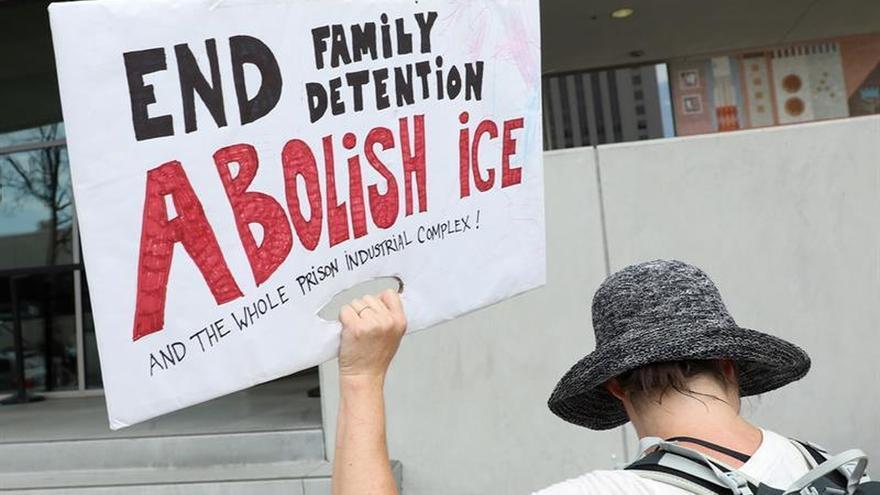 Niña inmigrante que conmovió al mundo vuelve junto a su madre en EE.UU.