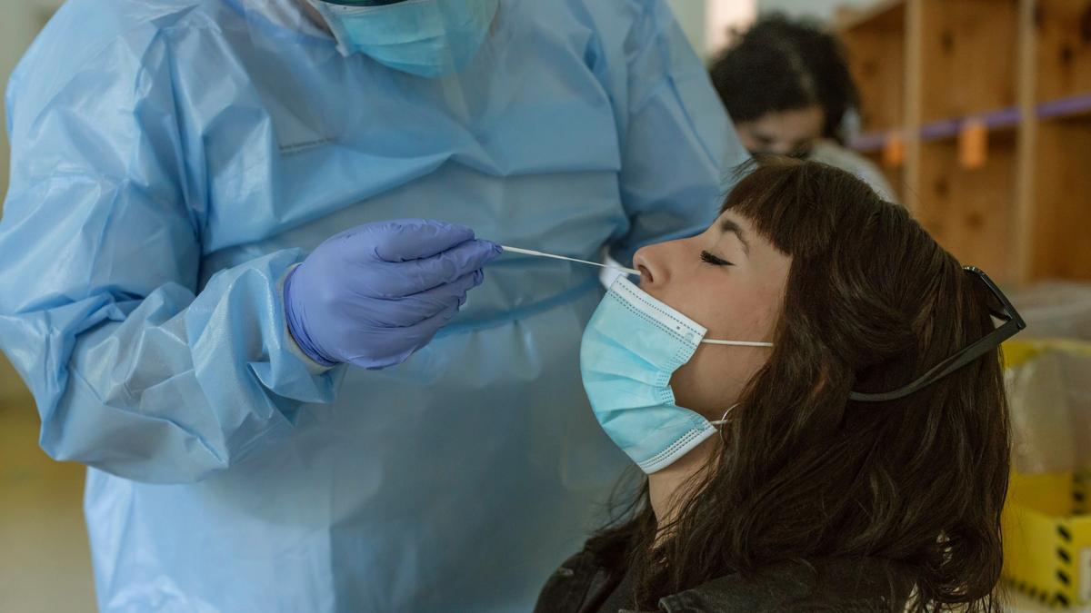 Un sanitario realiza una prueba PCR a una chica. EFE/Brais Lorenzo/Archivo