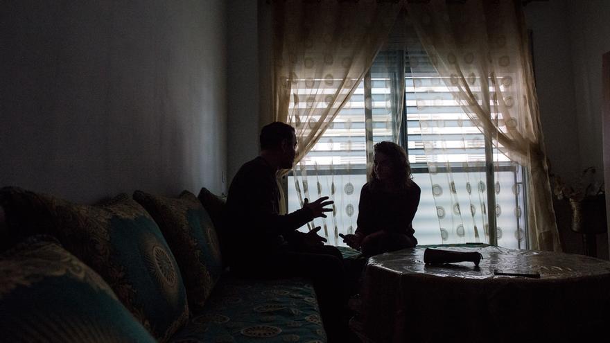 Mohamed en el salón de su casa