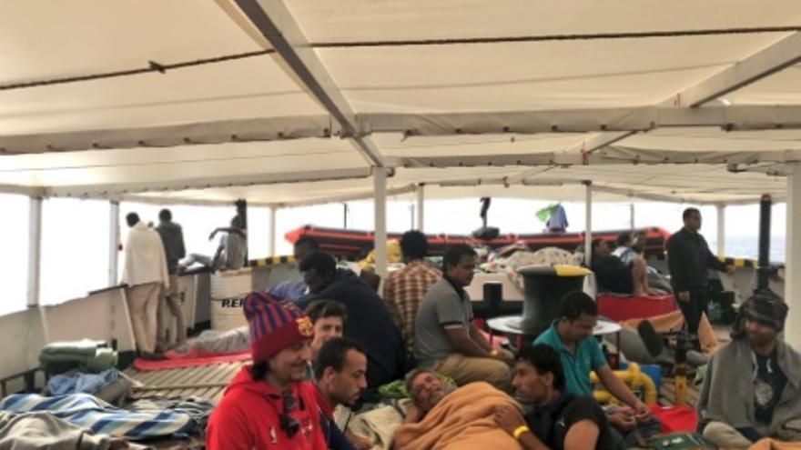 Los rescatados por el Open Arms descansan en el barco.