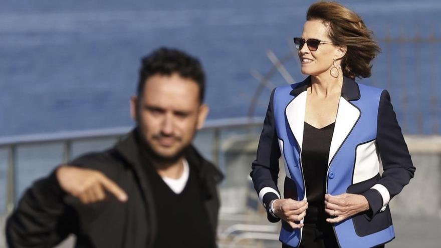 Sigourney Weaver y Juan Antonio Bayona, en el photocall de 'Un monstruo viene a verme' en San Sebastián