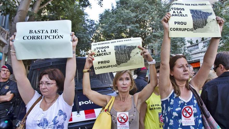 Unos 300 funcionarios de Justicia se han manifestado contra los recortes.
