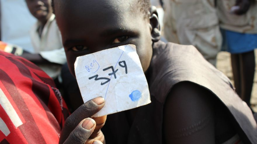 Uno de los 250 niños liberados el pasado 21 de febrero mira a cámara mostrando su número en el ejército, tras la ceremonia de entrega de armas. / FOTO: Claire McKeever (Unicef).