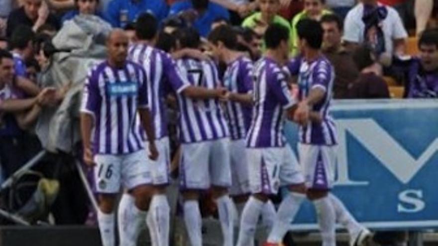 Los jugadores blanquivioletas abrazan a Guerra tras el gol de la victoria. (realvalladolid.es)