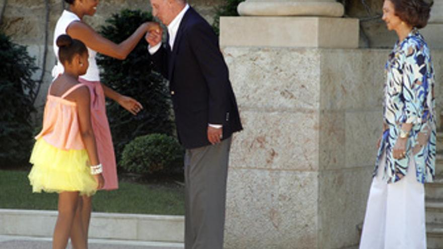 Michelle Obama y su hija Sasha con lor Reyes
