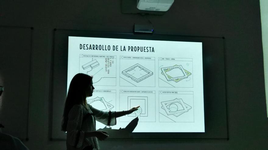 Una alumna de la Escuela de Arquitectura presenta uno de los proyectos   Málaga Acoge