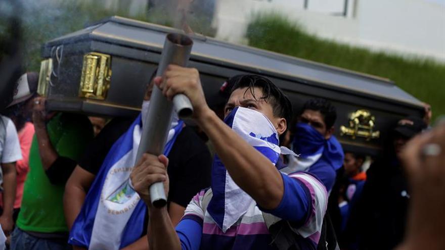 Familiares, amigos y estudiantes opositores al presidente nicaragüense, Daniel Ortega, en el funeral de Gerald Vásquez, uno de los dos estudiantes asesinados en la UNAN