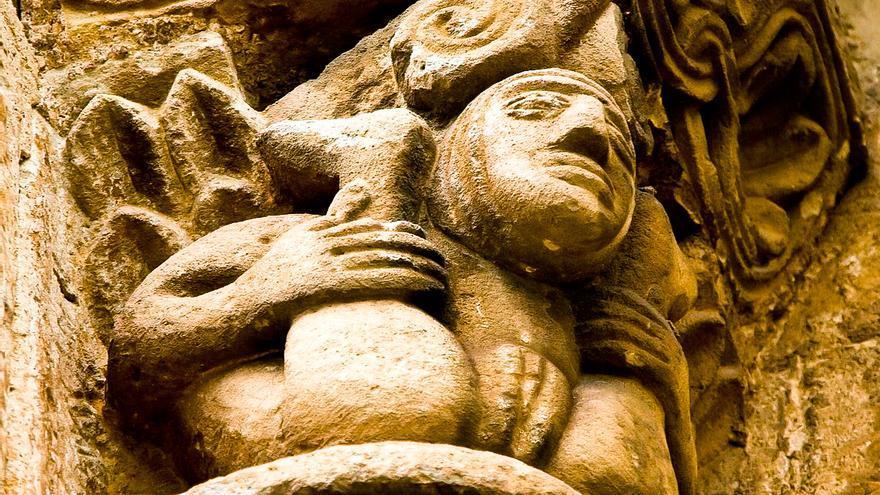 Capitel románico de alto contenido sexual en la Colegiata de Cervatos, España. ARTEGUÍAS