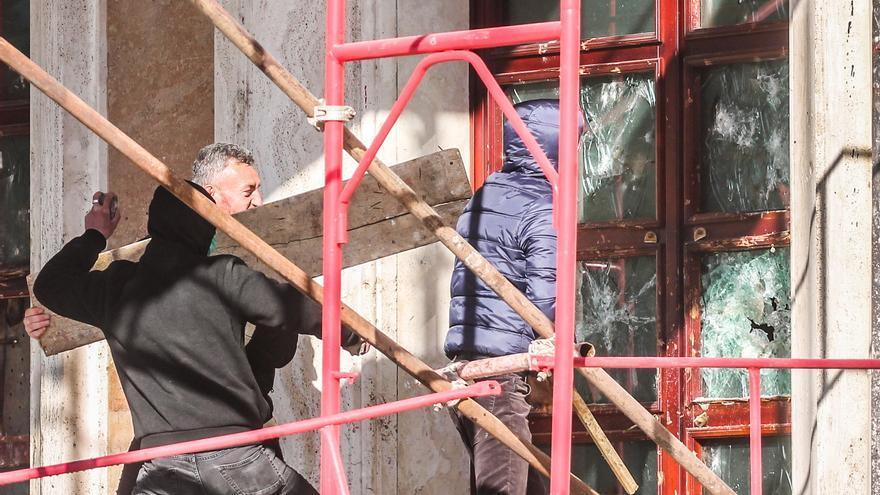 Los manifestantes intentan romper una puerta del edificio del gobierno mientras los partidarios de la oposición albanesa se reúnen para una protesta frente al edificio del gobierno en Tirana, Albania