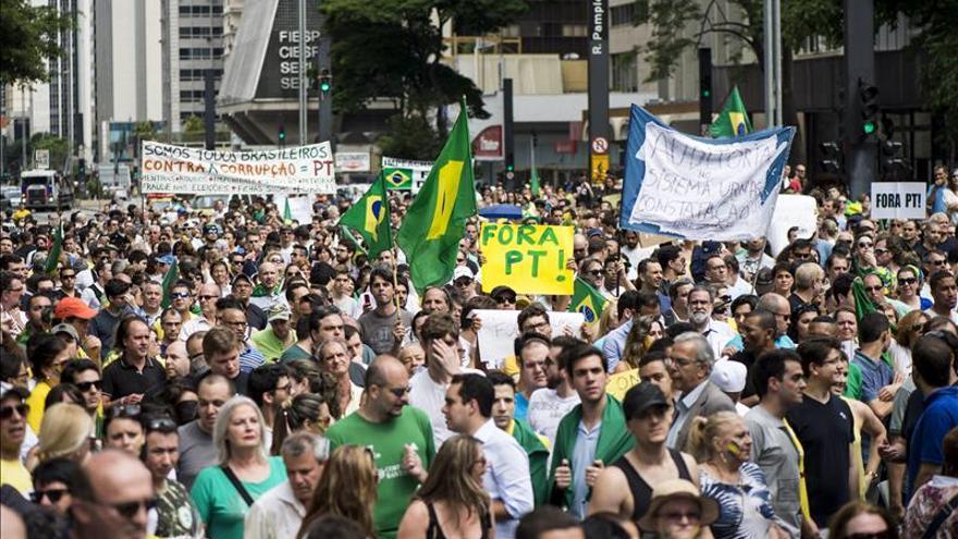 Grupos de derecha protestan en Brasil en contra del Gobierno de Rousseff